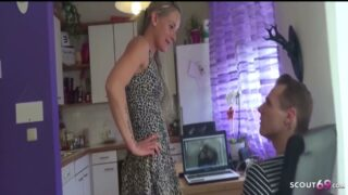 Stief Schwester erwischt Bruder und hilft mit Anal Fick