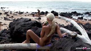 Teeny guckt heimlich am Strand wie anderes Paar rum fickt und masturbiert
