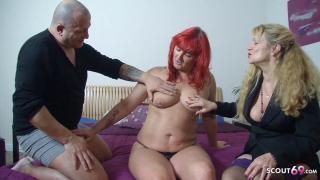 Reife Rothaarige Hausfrau beim ersten Pornodreh mit Ehepaar