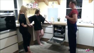 Zwei Freundinnen schnappen sich den Klempner für privaten Dreier