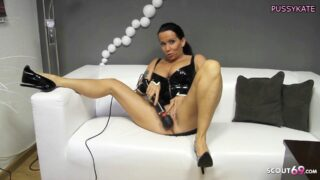 Deutsche Mutter Katie Pears in geilem Latex Body gibt einen schmutzigen dominanten Dirty Talk