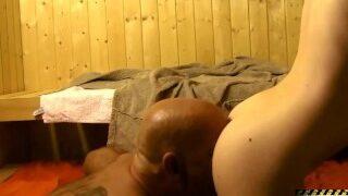 Egon Kowalski – Teeny Lou Nesbit in der Sauna gefickt