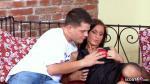Schlanke Mutter mit geilen hängenden Titten auf der Couch von jungen Nachbarn gefickt