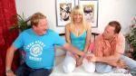 Junge deutsche Ehefrau bei ihrem ersten MMF Dreier Sex mit Ehemann und fetten Typen