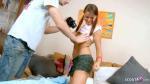 Jungfrau Mitschülerin von Klassenkameraden mit großen Schwanz nach Hausaufgaben gefickt